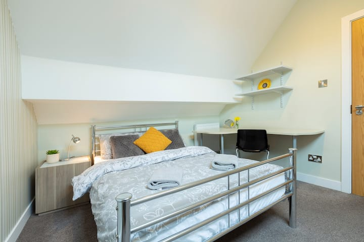 Private Bedroom in City Centre Apartment (3)