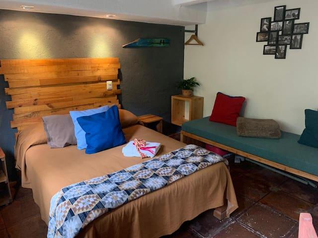 Habitación 1, Planta baja (cama matrimonial y sofá)