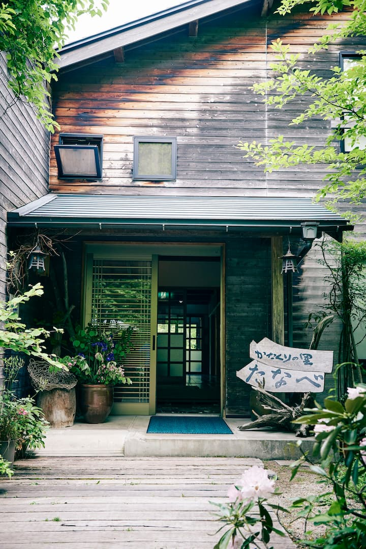 Cozy Japanese-inn with tranquil stream and onsen