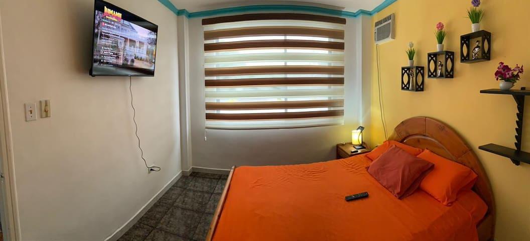 Foto panorámica habitación master. televisión y aire acondicionado