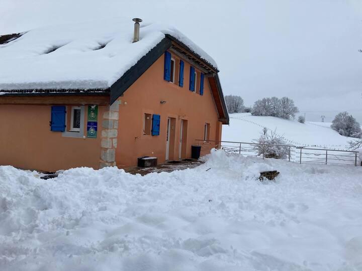 Gîte 180m2 8 pers. Haut-Jura avec spa, sauna.