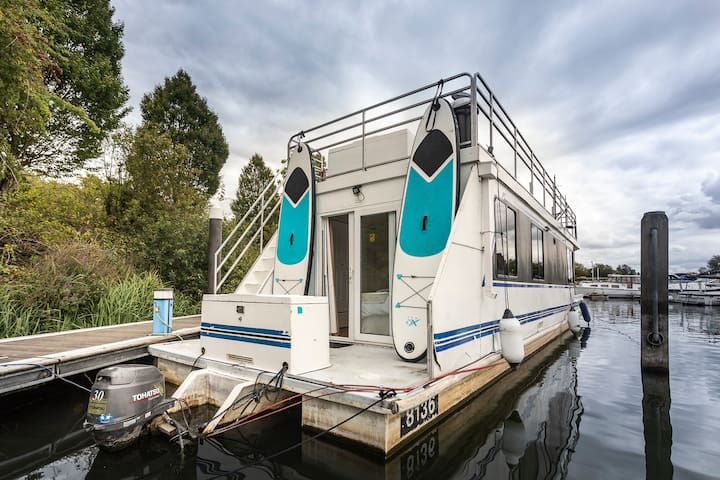 """""""RIVERSCAPES"""" - HEATED HOUSE-BOAT + HOT TUB"""