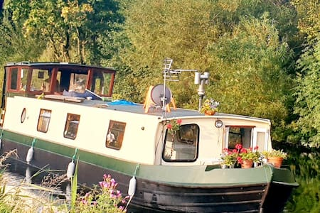 A houseboat + lesson for ravishing Canal jaunts!