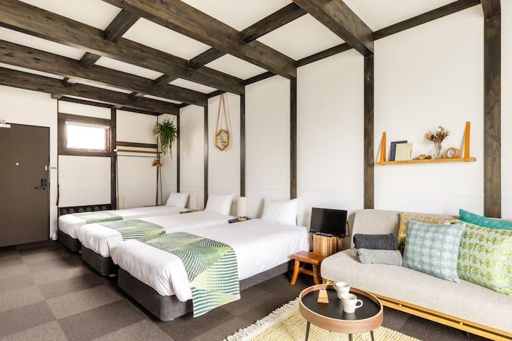 3 Single beds+Sofa bed for 4 ppl  シングルベッド×3+ソファベッドで合計4名様まで1部屋にご宿泊頂けます
