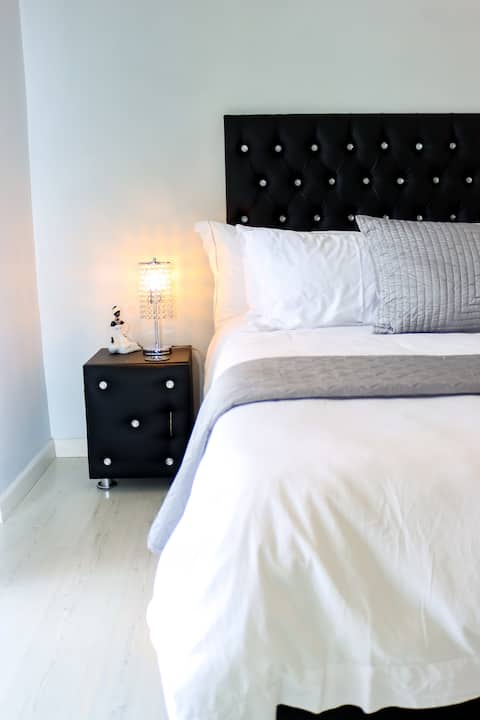 Large Modern  Aircon Room - Uncapped Wi-Fi & DSTV
