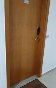 Porta de entrada do flat.