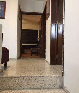 Es el acceso a la habitación, tiene 16 escalones de aproximadamente 83 centímetros y la medida de acceso directo a la habitación es de 90 centímetros