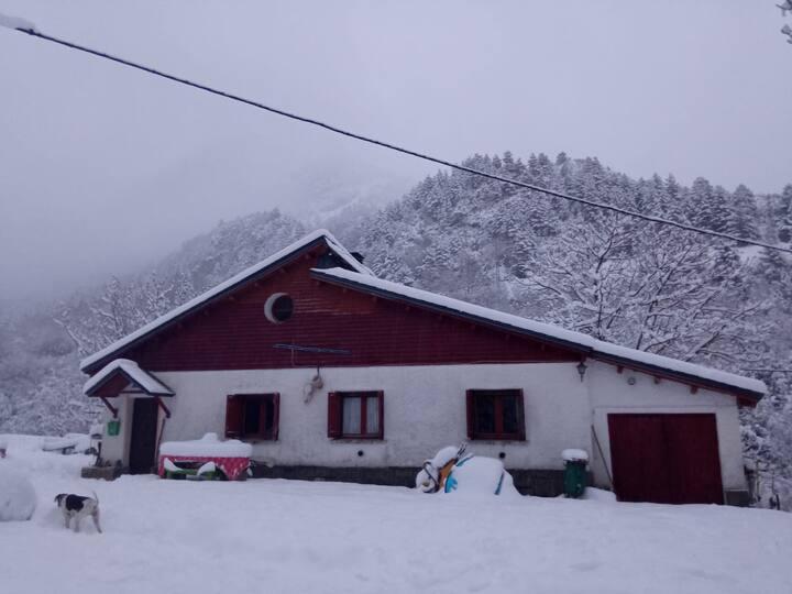 Pirineos. Canfranc en Buhardilla compartida.1pers.