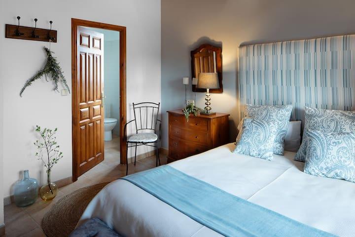 6. Malvasia Bonito diseño y abierta hacia la galería. Dispone de dos camas y opción a dos camas adicionales y lavabo con ducha.