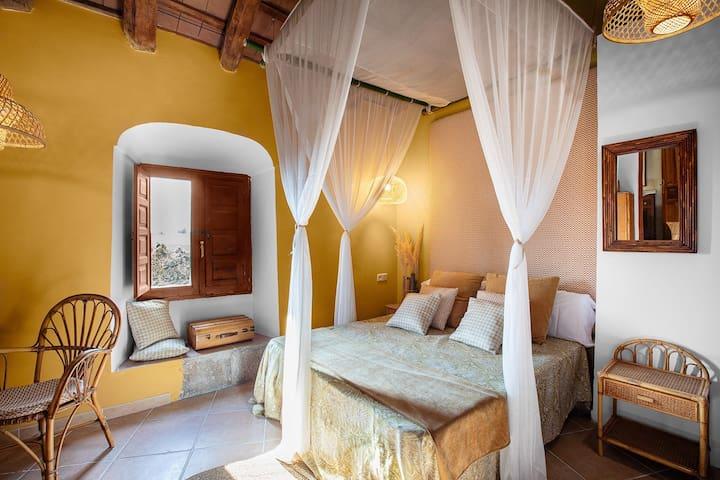 9. Bambú Dispone de cama doble, con lavabo y ducha.