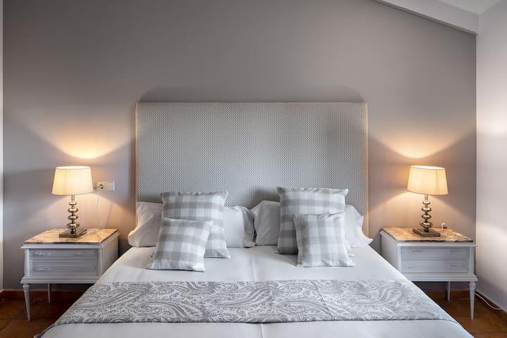1. Macabeu Situada en la planta baja y orientada al sur. Dispone de una cama doble y lavabo con ducha.
