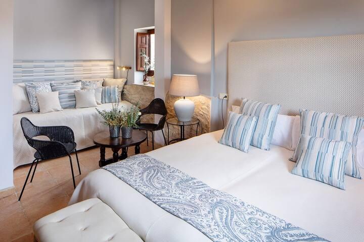 2. Xarel·lo Situada en la planta baja, dispone de 2 camas simples con posibilidad de supletorio y lavabo con ducha.