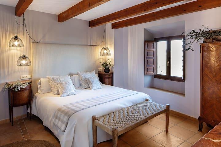 3. Parellada Situada en el primer piso. Dispone de dos camas y de lavabo con ducha.