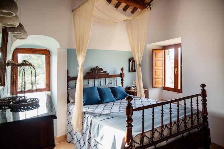 7. Merlot Situada en la zona antigua con baño y con vistas de puestas de sol con los viñedos. Dispone de cama doble.  Disponible únicamente para grupos de 30 personas.