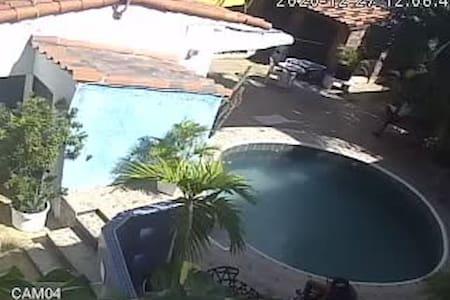 Kolam dengan kerusi kolam