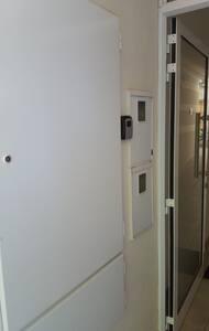 Es la puerta de entrada al edificio con iluminación automática y portero inalámbrico con apertura interna