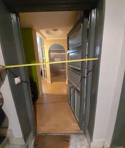 Entrada a la vivienda desde el descansillo del 2º piso de la escalera. Se puede subir por la escalera (muy cómoda y práctica) o bien en ascensor (hay dos ascensores).
