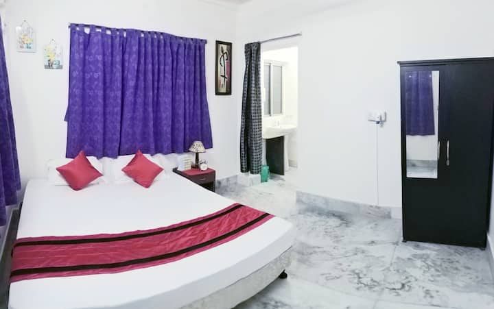 Entire Suite with 1 King & 1 Single Bed at NewTown