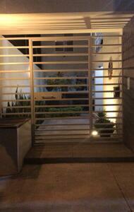 La entrada principal es amplia y siempre iluminada. Con timbre e interphone para mayor comodidad y seguridad