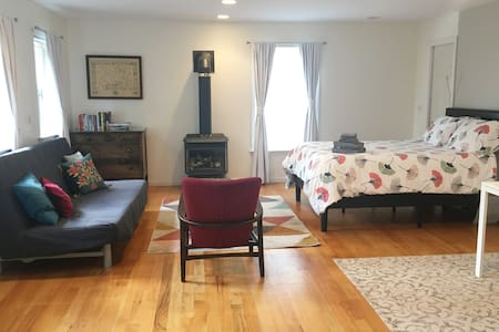 Bright, clean studio in charming Old Wethersfield