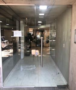 Puerta de ingreso al edificio sin escalones.