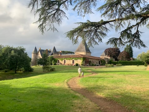 Medieval castle (30' Puy-du-fou)