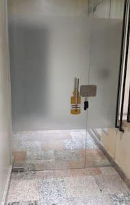 Ingreso al departamento con puerta de 81cm de ancho