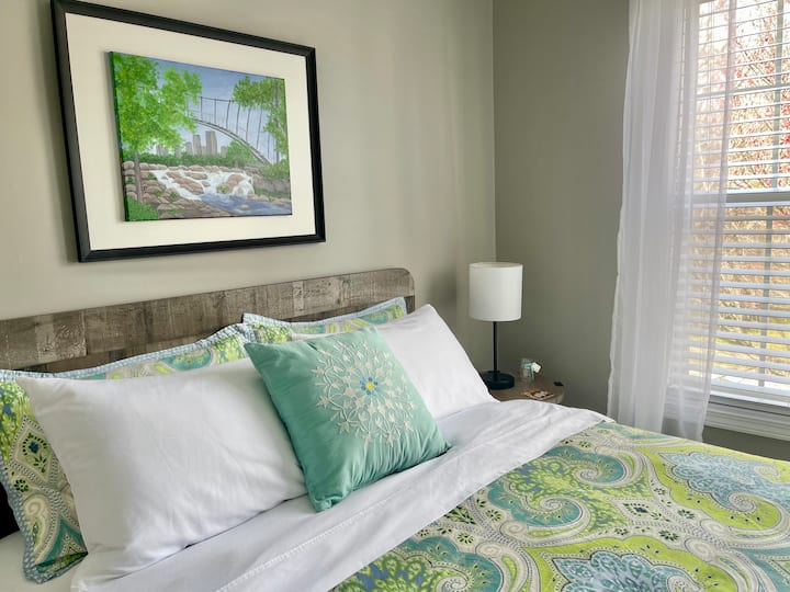Good Afternoon Room!  -  Queen Bed / Guest Lounge!