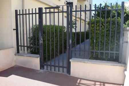 Porte d'accès de l'allée privée menant à l'appartement