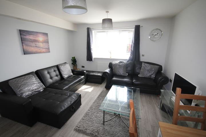 Modern 2 Bedroom +Family home + Close to Uxbridge