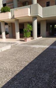 Rampa d'accesso portone d'ingresso palazzo