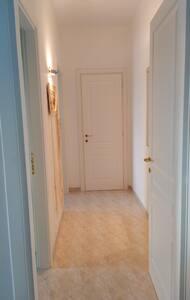 Corridoio d'accesso bagno e camera da letto privo di ostacoli