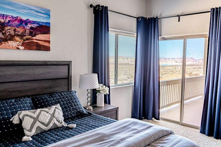 Master bedroom with queen bed, smart tv and access to the wrap around deck. Enjoy the views of Lake Powell, Lone Rock and star gazing at night