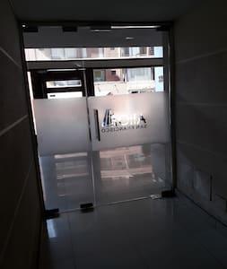 La puerta de entrada al edificio es muy amplia y también la que comunica la recepción con el pasillo a los ascensores