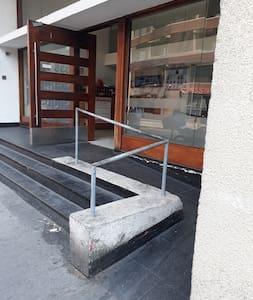 La pendiente es escasa yla rampa de acceso es amplia, asi como la puerta de entrada al edificio