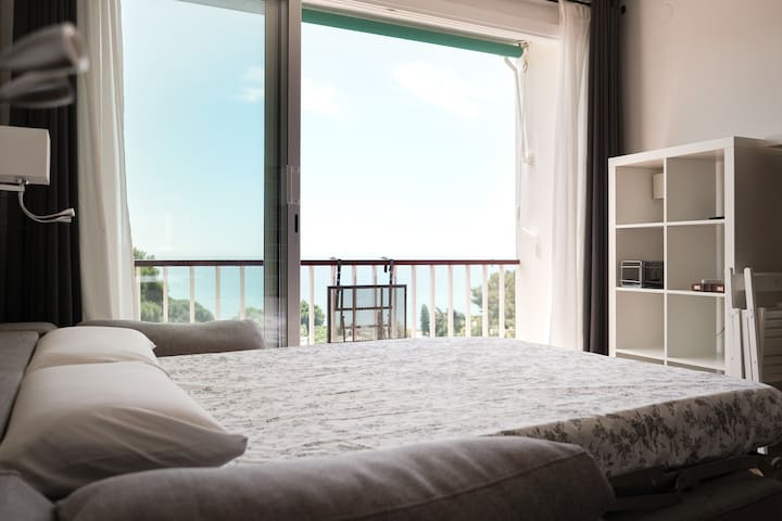 Colchón y almohadas viscoelásticos/as con kit de ropa de cama.