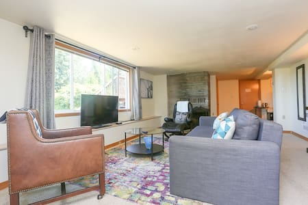 Comfortable Suite with Fireplace near Airport