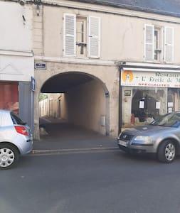 l'accès au logement se fait par cette rue sous le porche