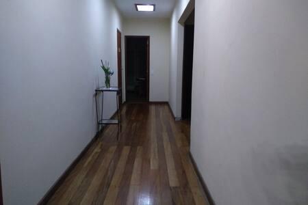 Corredor amplo para acesso aos quartos