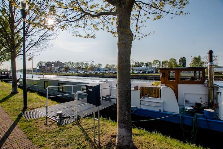 Ruime woonboot met privé-sauna
