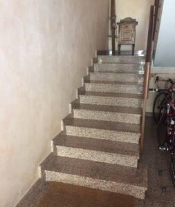 Una sedia a rotelle non può accedere alla mansarda perché si sono parecchie rampe di scale da fare