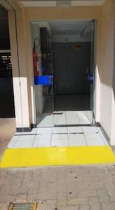 Entrada do edifício com rampa disponível.