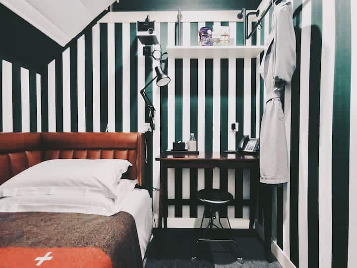 入住黄浦滨江艺术园区中的复古工业风精品酒店|URSIDE · S号SOLO观影单人房(外部浴室)