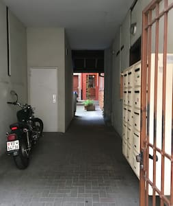 L'allée est plate, et l'appartement se trouve au rdc porte de gauche au fond de la cour.
