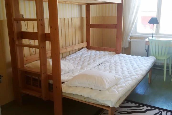 Toisessa makuuhuoneessa on kerrossänky, jonka alasänky on levitettävä. Tässä huoneessa on aikanaan ollut koulun kirjasto.