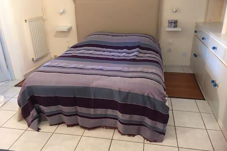 Il n'y a pas  de seuil entre les pièces et de la place autour du lit pour se déplacer