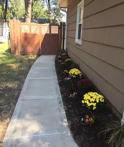 Καλοφωτισμένη διαδρομή προς την είσοδο