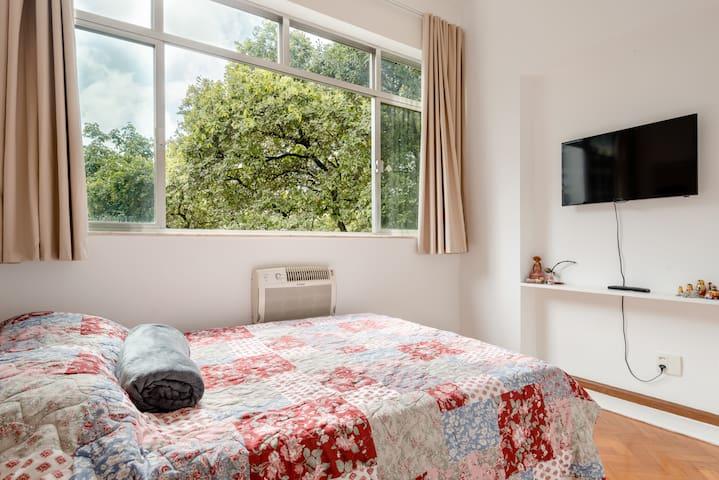 Quarto com cama de casal, exclusivo dos hóspedes