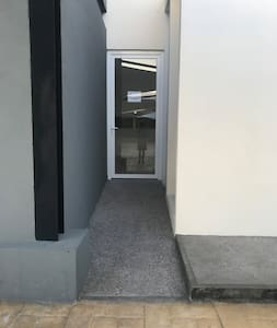 Entrada con rampa al lobby del edificio.