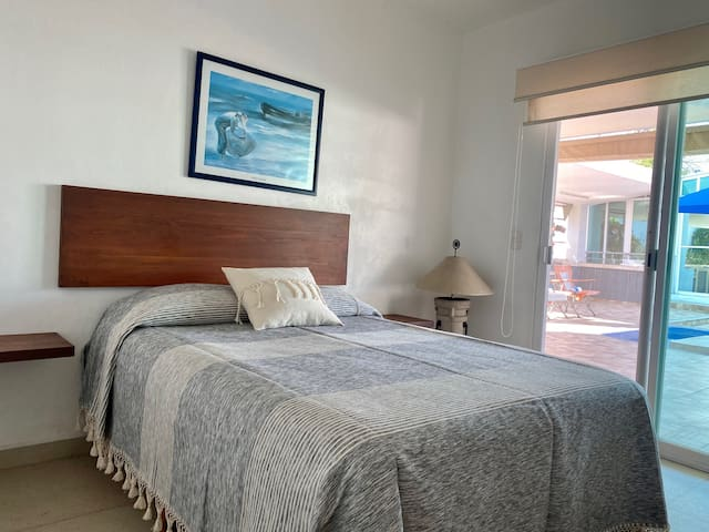 Recámara 4. Bungalo con cama matrimonial, baño privado, TV y  aire acondicionado